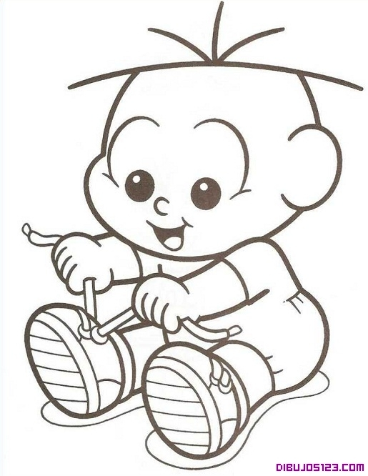 Bebé aprendiendo a atarse los cordones