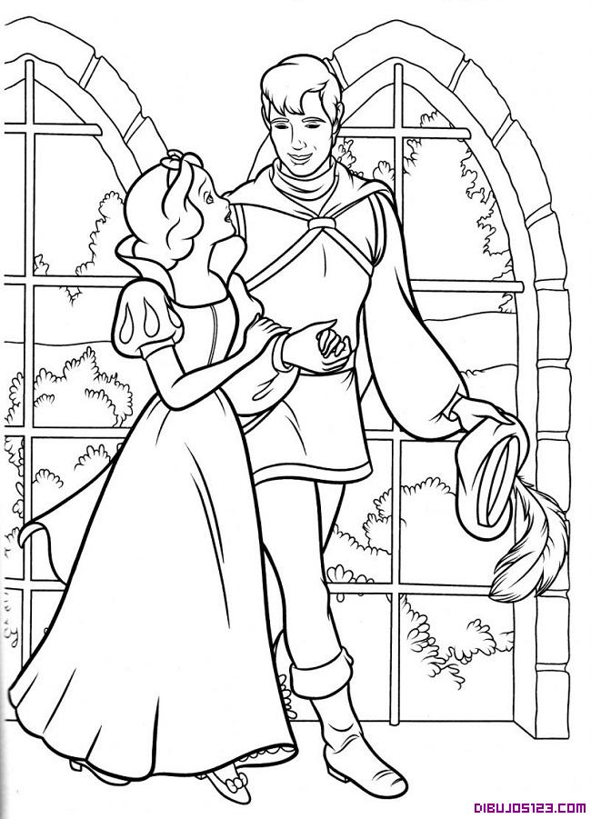 Blancanieves camina junto al príncipe