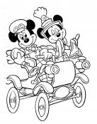 Mickey y Minnie en un coche antiguo