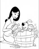 La princesa Mulan bañando a su mascota